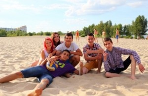 group_of_teens_at_the_beach_515758